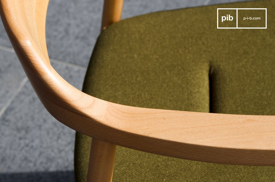 Der Sitz ist mit Schaumstoff gepolstert und mit einem starken Stoff in Grün