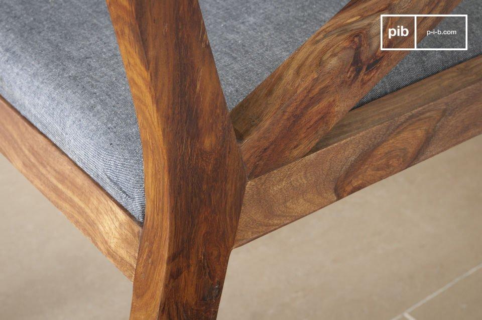 Ein bequemes Sitzen und Eleganz des dunklen Holz