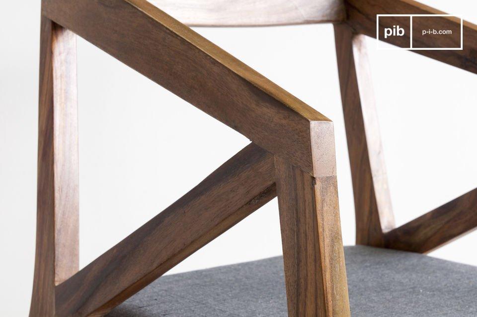 Genießen Sie die gearbeitete Kanten der Armlehnen und Füße der Sitzfläche aber auch die goldene