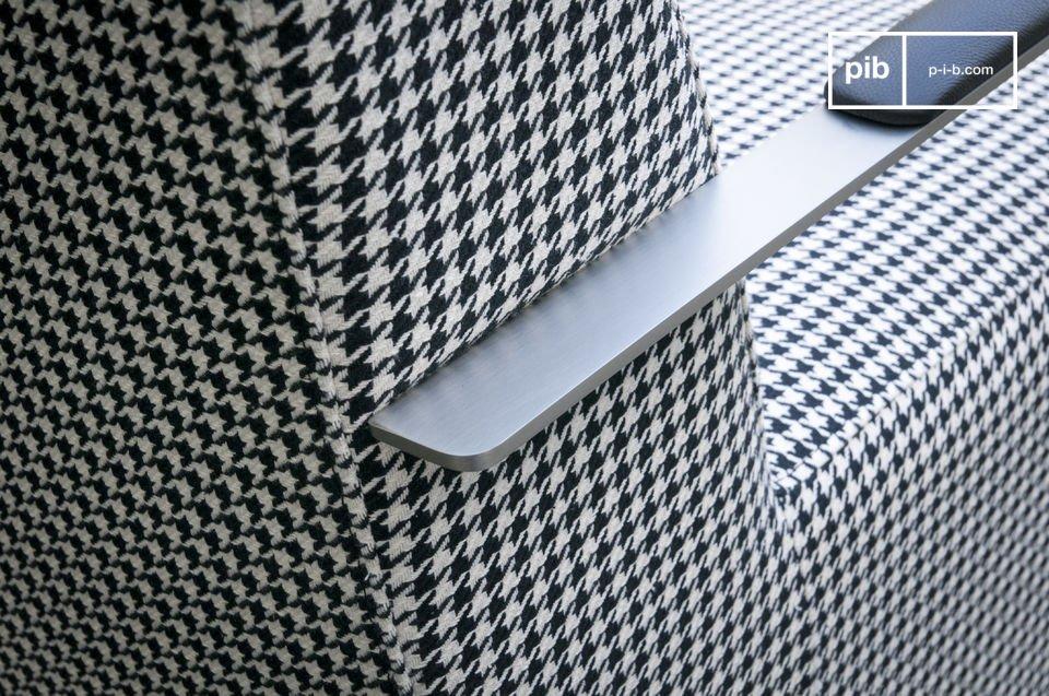 Betrachten Sie das einzigartige Design des Sessels Elthon: ein Hahnentritt-Stoff im Retro-Look