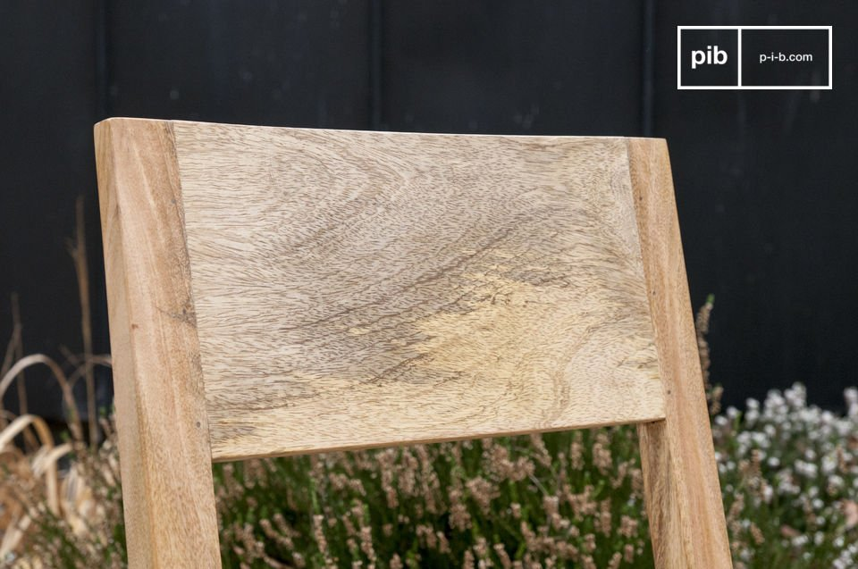 Vollständig aus hellem Holz gefertigt überzeugt dieser Sessel mit skandinavischer Robustheit und