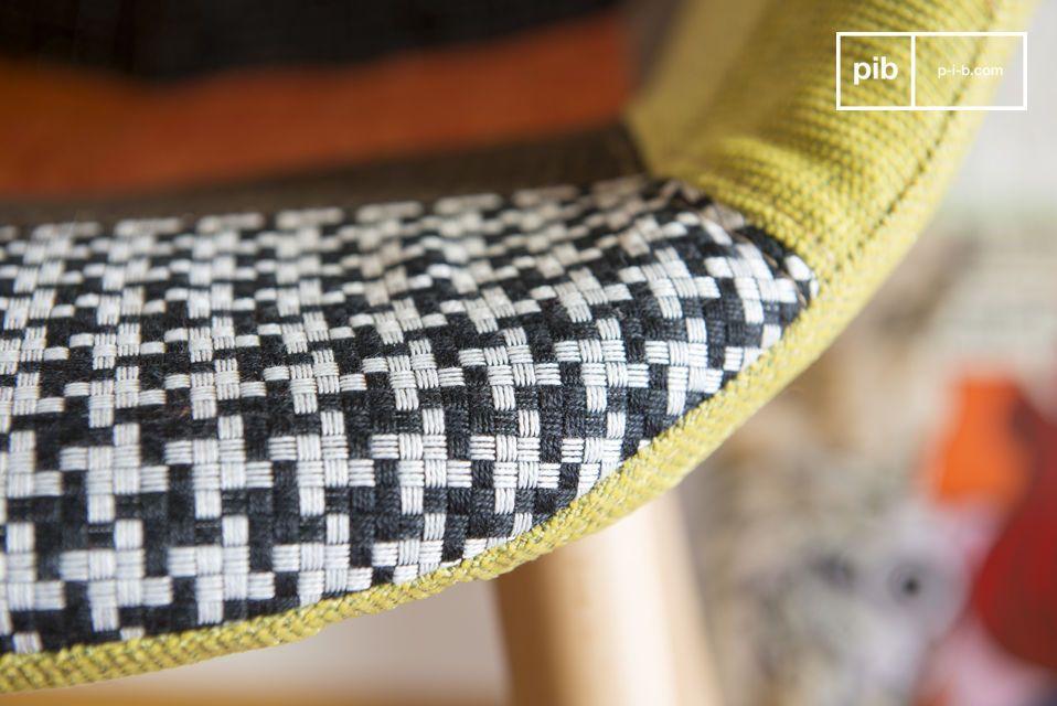 Dieser bunte Patchworksessel steht auf seinen Beinen aus Eschholz und bringt Originalität und Chic