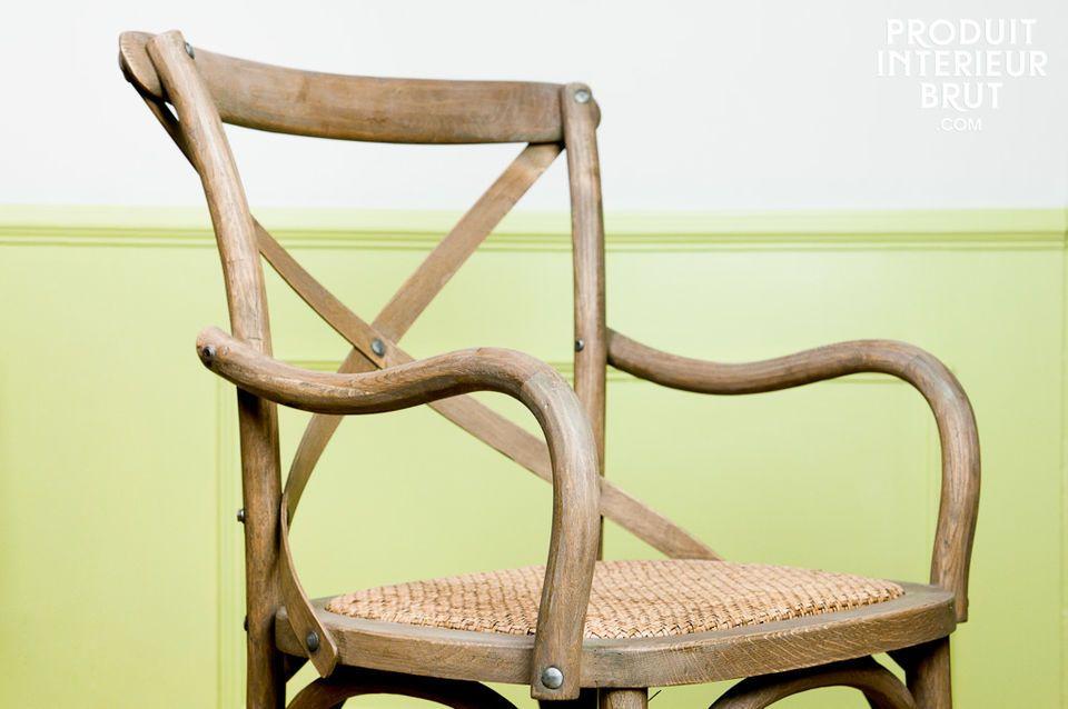 Dieser Sessel aus massiver Eiche besticht durch seine authentische und natürliche Ausstrahlung