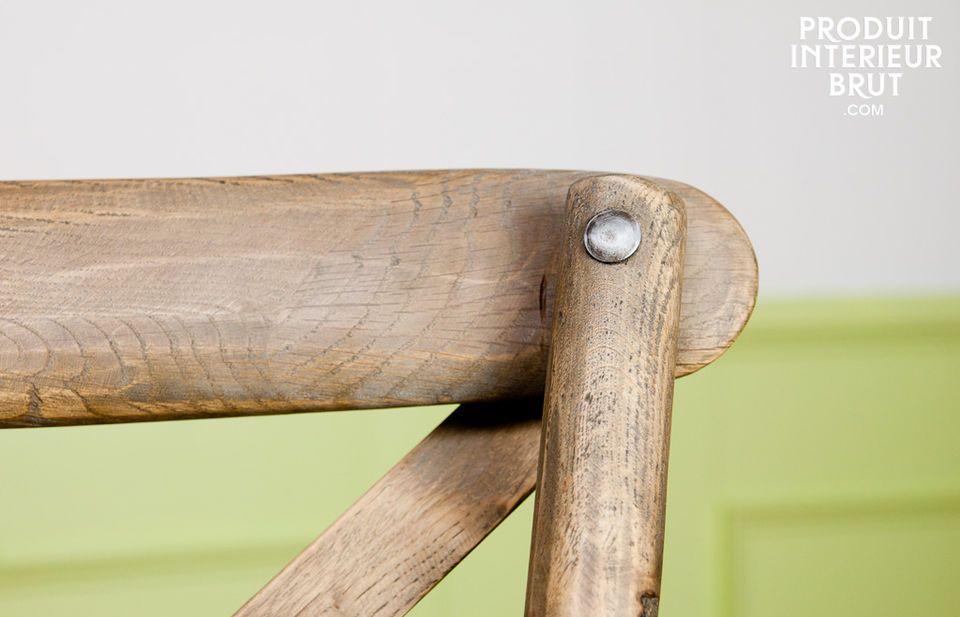 Durch seine schöne Form und die lasierte Verarbeitung verleiht er jedem Raum eine markante