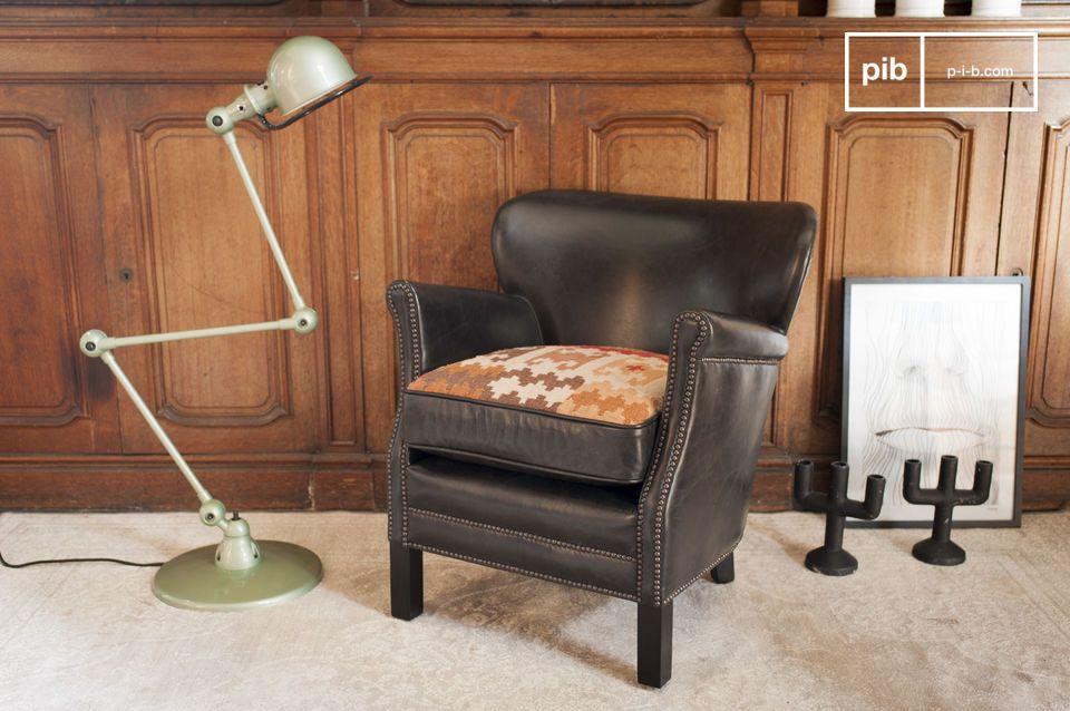 Während einige Club Sessel auf runde Formen setzen ist die Bauweise des Professor Turner Sessels
