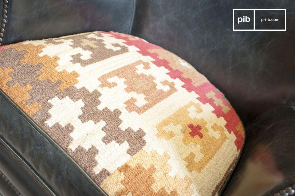 Der gesamte Sessel ist aus edlen Materialien gefertigt: Das Vollnarbenleder wurde von Hand gegerbt