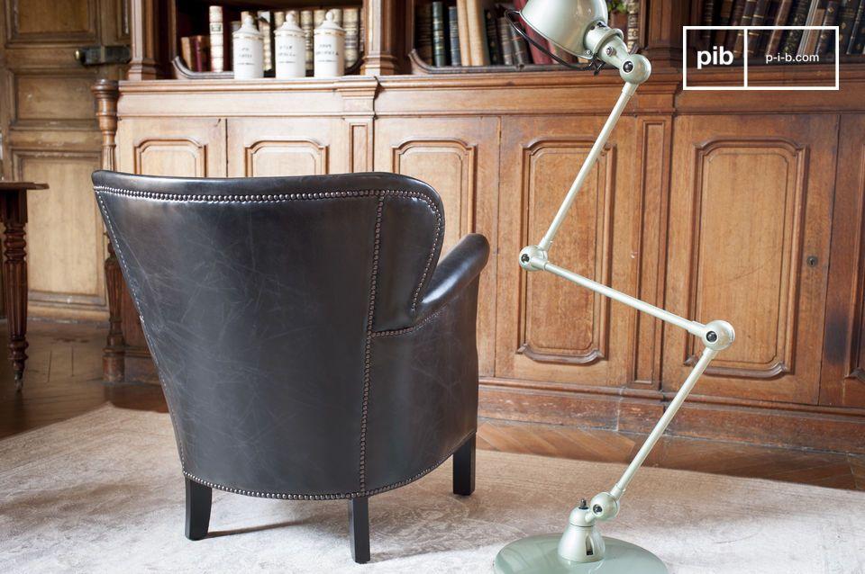 Durch die Verwendung von Messing Nägeln werden die Linien dieses einzigartigen Sessels betont