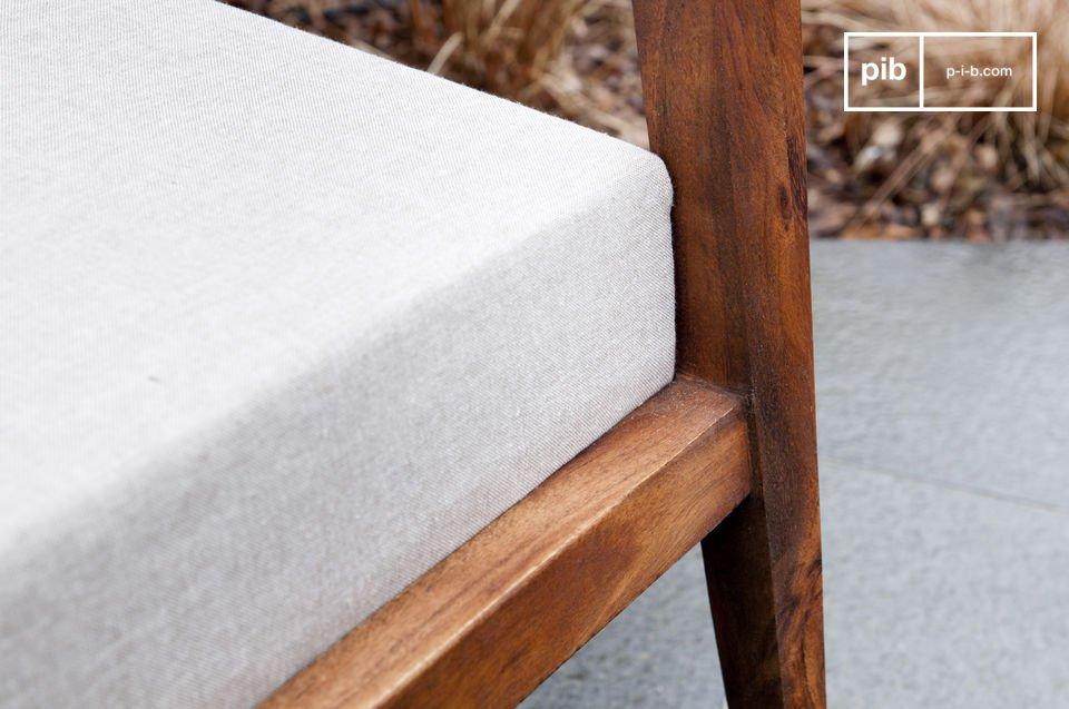 Durch seine starke Sitzfläche und Rückenlehne mit dichtem Sitzschaumstoff ist der Sessel