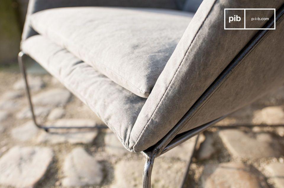 Gebleichter Stoff und gealterter Stahl für einen außerordentlichen Sessel