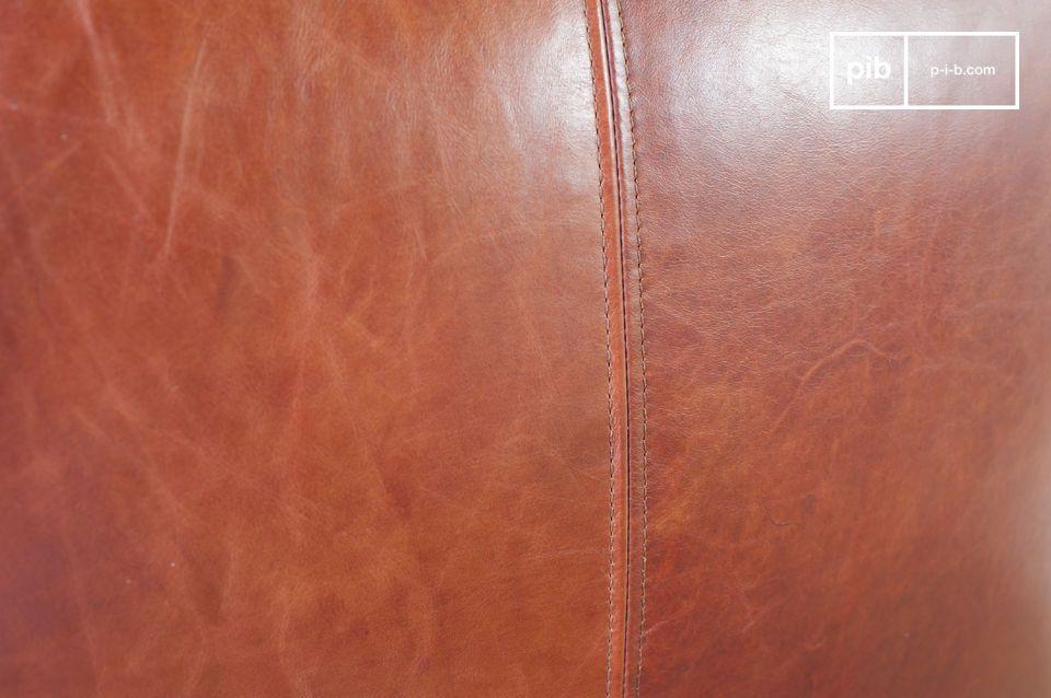 Die Esthetik dieses Sessels ist vintage aufgrund seiner rot-braunen Lederfarbe