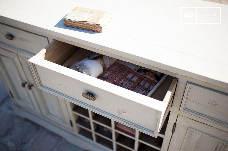 Diese Patina verleiht dem Möbel einen gewissen gealterten Aspekt