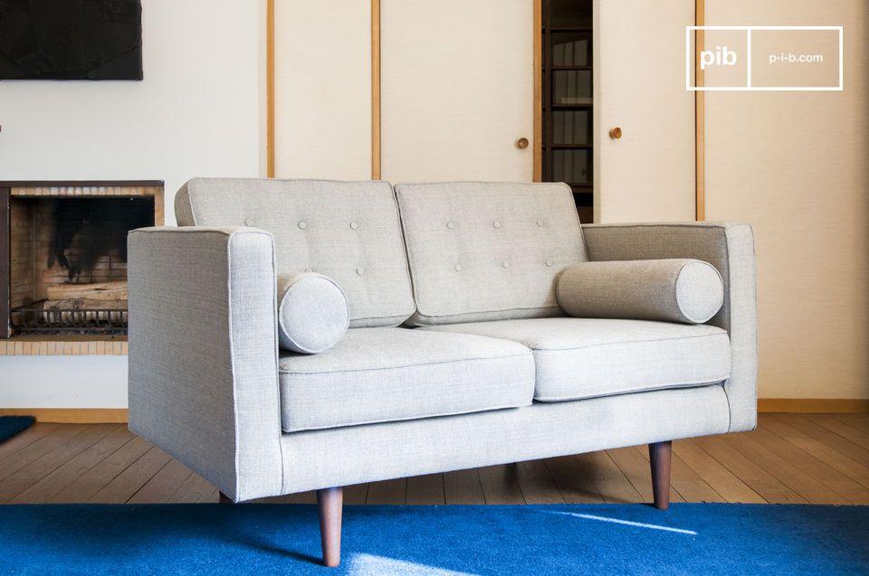 Ein Stoffsofa welches durch den außerordentlichen Komfort der Kissen und sein besonderes Design