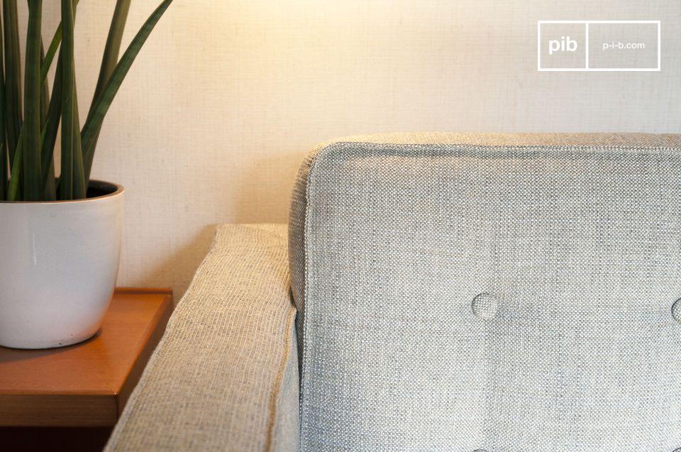Die zylinderförmigen Kissen balancieren die geraden Linien des Sitzes und der Rückenlehne aus