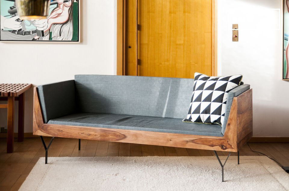 Um Platz zu sparen, kann man ale elegante Lösung, an den Rücken des Sofas ein Regal stellen