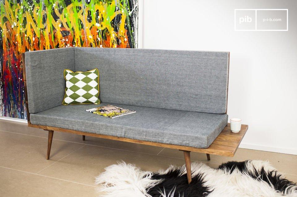 Das Sofa, welches ganz aus Rosenholz hergestellt ist, hat einen ganz besonderen Charakter