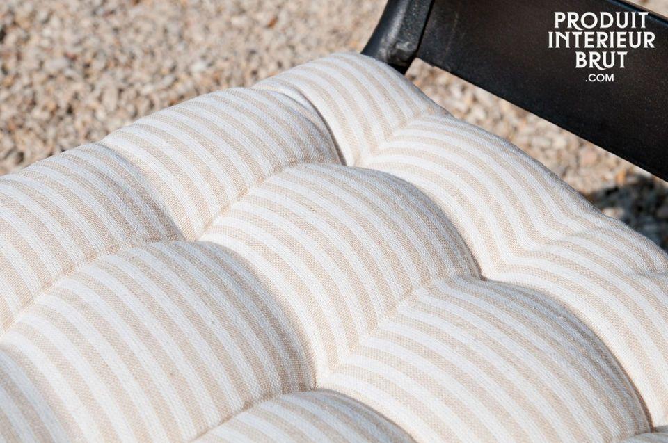 Dieses Kissen ist mit Leinen bezogen und verleiht Ihren Stühlen stilvollen Komfort