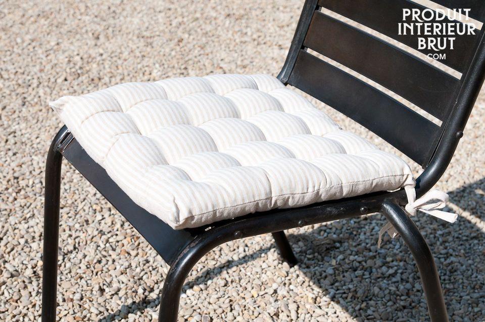 Durch sein schlichtes weiß-beiges Streifenmotiv harmoniert es mit vielen Einrichtungsstilen