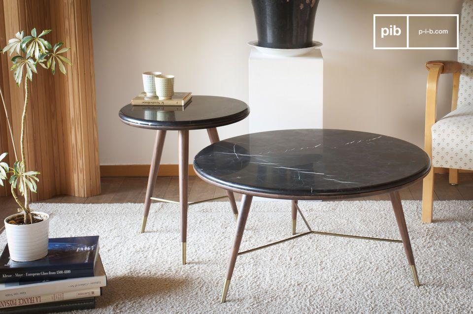 Das Sofa Besitelltisch Sivärt kombiniert eine schwarze Marmorplatte mit Holzbeinen aus Walnussholz