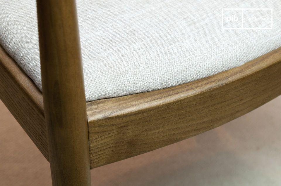 Die Krümmung des Hauses ergibt einen erkennbaren Aspekt dieser typischen skandinavischen Sessel aus