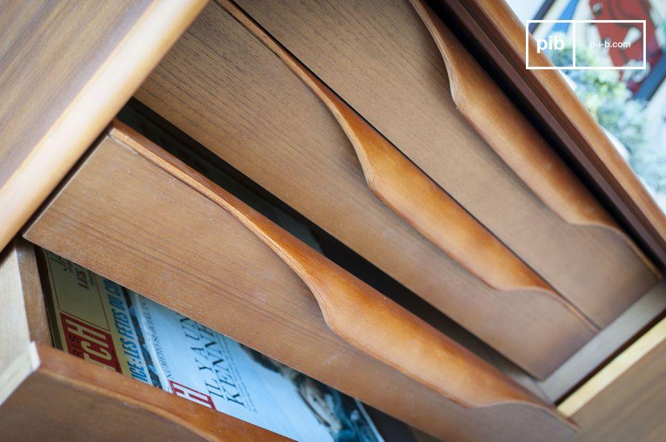 Durch die Kombination von vier originell gestalteten Schubladen mit hinter einer Schiebetür