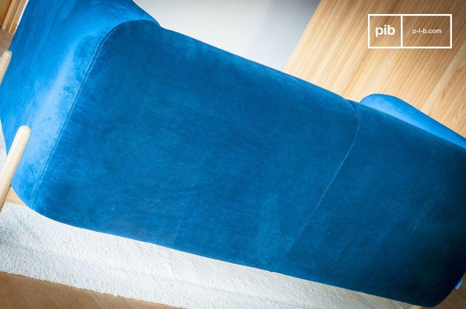 Außerdem nimmt dieses Sofa eine leicht gebogene Form für den Sitz und die Rückenseite an und