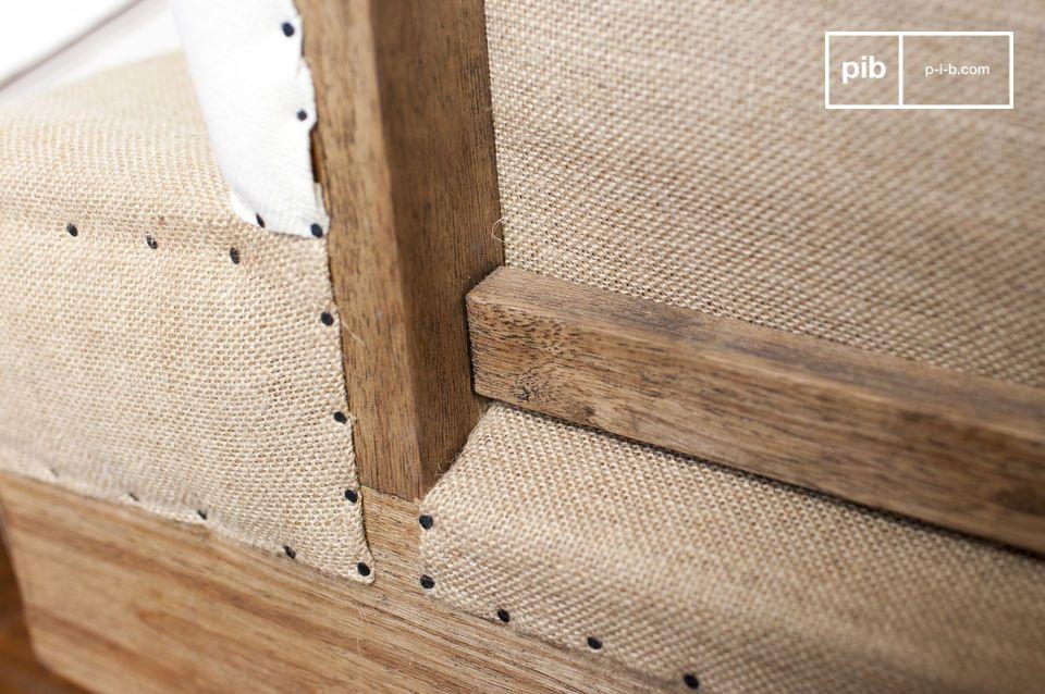 Es kann als Trennung in geräumigen Zimmern mit einem Couchtisch im baroken Stil verwendet werden