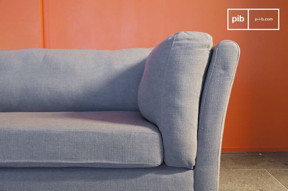Das schlichte maulwurfsgraue Sofa Herwan strahlt regelrecht durch seinen zeitlosen Vintage Style