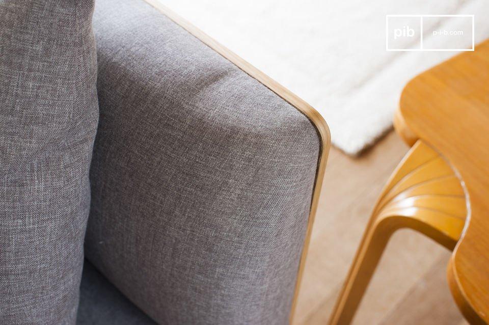 Das Ensemble Rücken- und Armlehne ist aus einer Holzstruktur geformt, welches dem Sofa eine elegante Schlichtheit verleiht, egal aus welchem Blickwinkel man es betrachtet