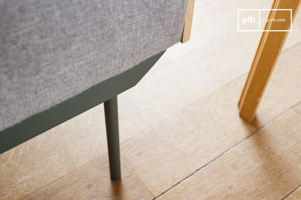 Dank des weichen Stoffes und der dicht gefüllten Sitzfläche, bemerkt man sofort den hohen Komfort des Sofas