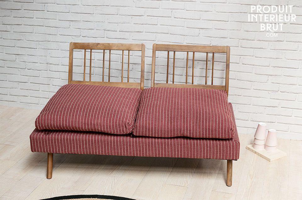 Die Füße sowie Arm- und Rücklehnen aus massivem Holz verleihen diesem Sofa seinen besonderen