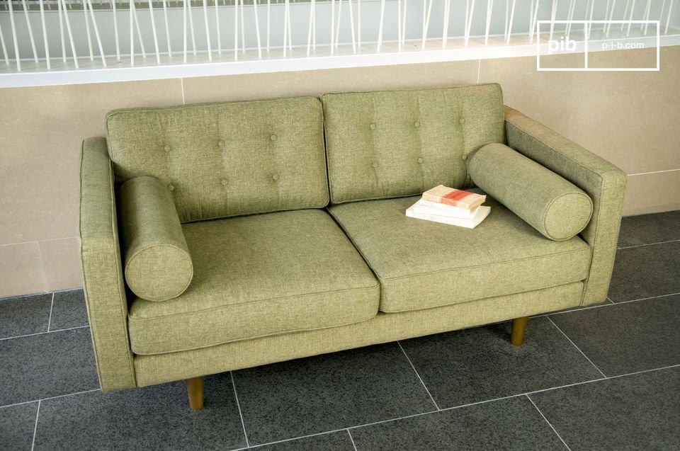 Ein  Design Sofa  im Look der 50er Jahre mit seinen zylinderförmigen Armlehnen und Holzfüßen