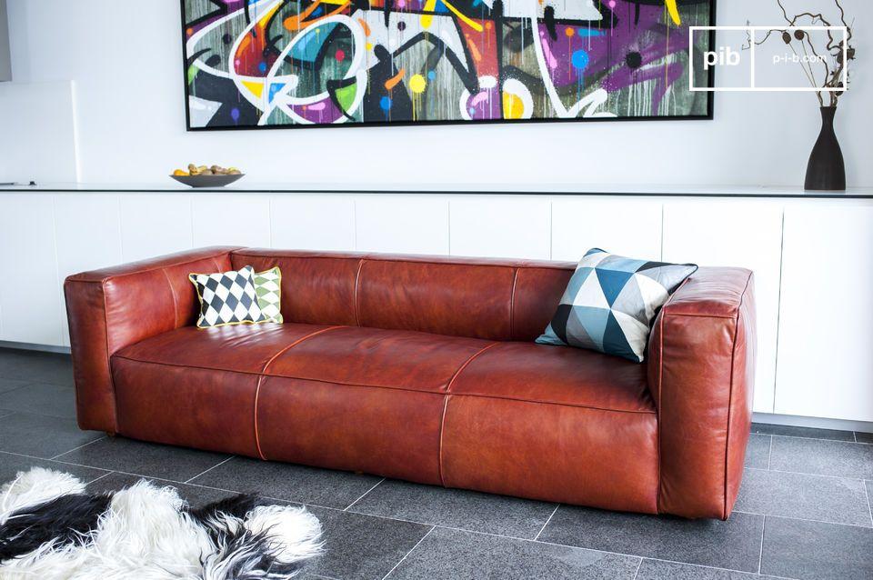 Die Esthetik dieses Sofas ist vintage aufgrund seiner rot-braunen Lederfarbe