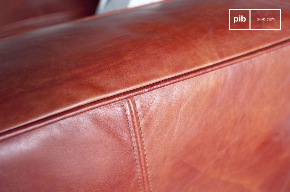 Die Nähte des Sofas sind ziemlich groß und bestehen aus dem gleichen Leder wie das komplette Sofa