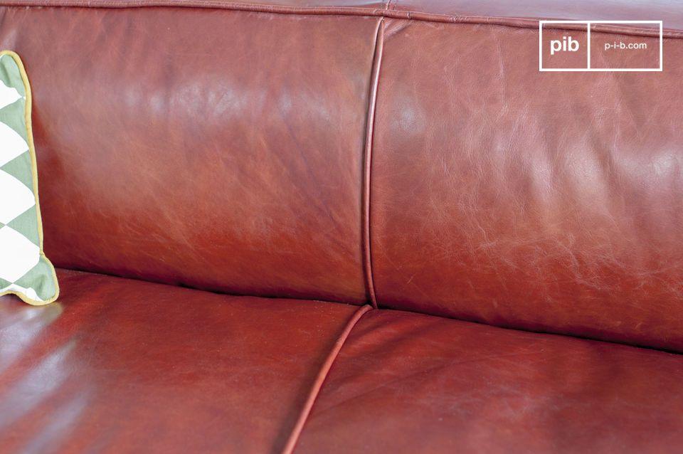 Die Farbe des Ledersofas ist Moka, ein brauner Ton mit einem rötlichen Unterton