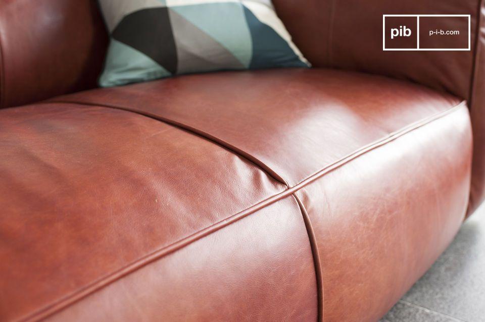 Die 3 Sitze des Sofas sind ziemlich tief genauso wie die Armlehnen des Sofas die mit einem Mousse