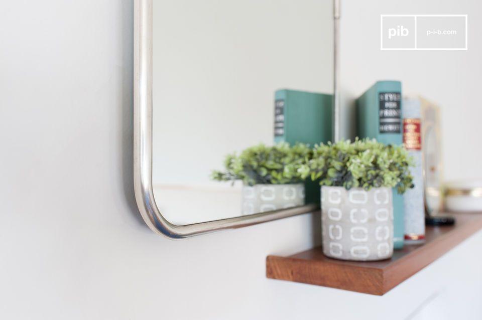 Ein schöner rechteckiger Spiegel