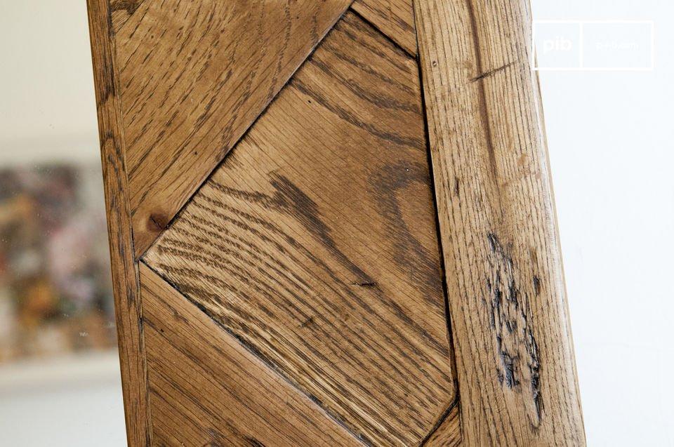 Ein XXL-Spiegel aus recyceltem Eichenholz