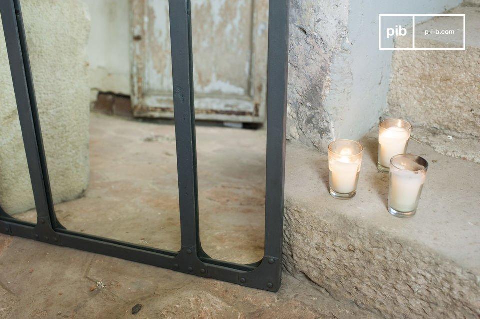 Ihre Reflexion in einem Triptychon-Spiegel mit genietetem Metallrahmen