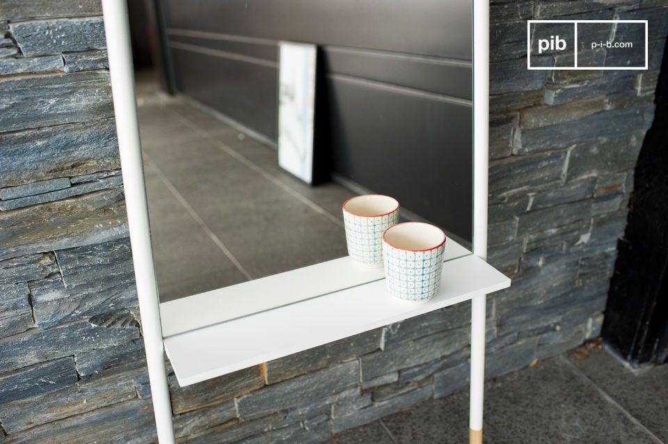 Ein minimalistischer und hoher Designerspiegel