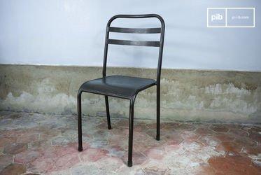 Stapelbarer dunkler Metallstuhl