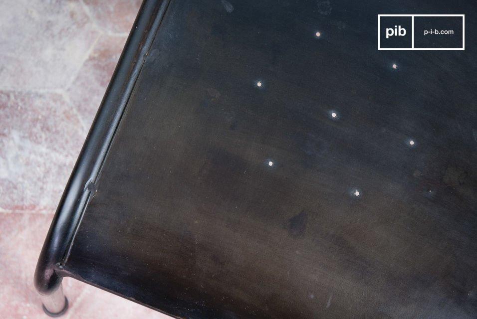 Robuster Eisenstuhl mit dunklem Lack-Finish