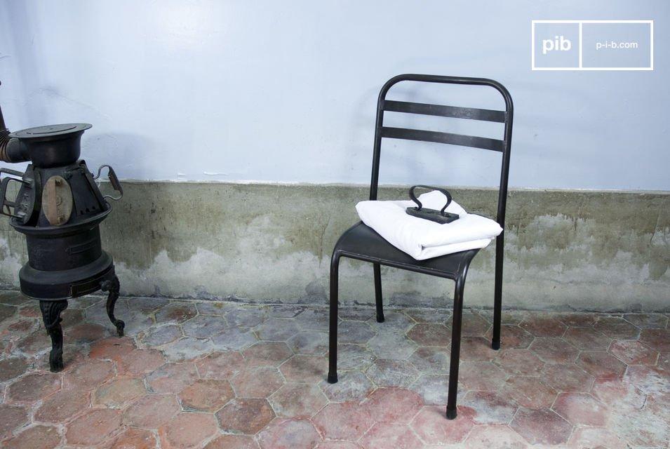Dieser Stuhl ist besonders robust und verleiht dem Essbereich einen industriellen Charme