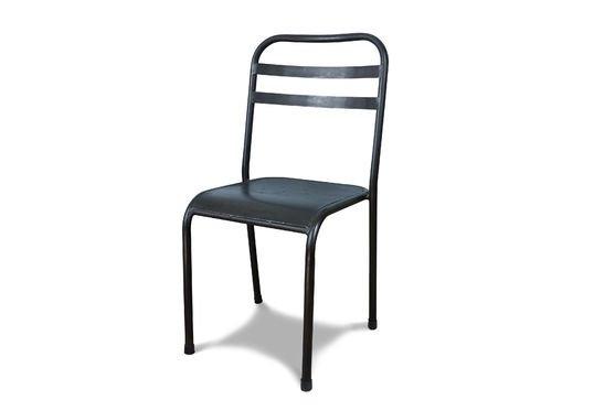 Stapelbarer dunkler Metallstuhl ohne jede Grenze
