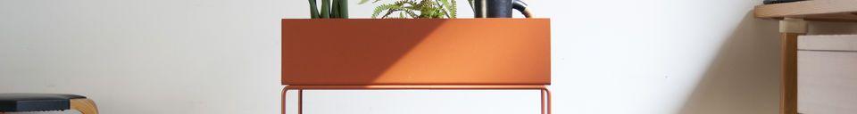 Materialbeschreibung Stehender Blumenkasten in ockerfarbenen Metall