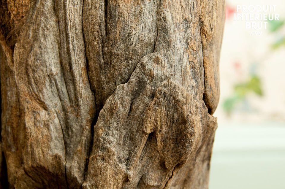Die Holzmaserung und der Lampenschirm aus starkem cremefarbenen Stoff verleihen dieser Leuchte