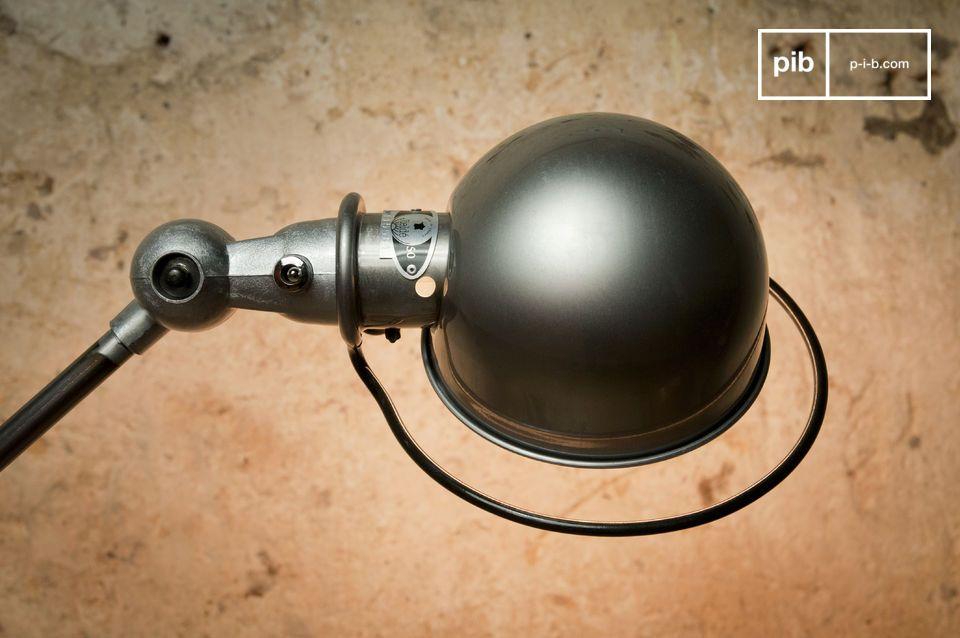 Mit seinem Fußsockel mit einem Durchmesser von 33 cm verfügt diese  Jieldé -Lampe über eine