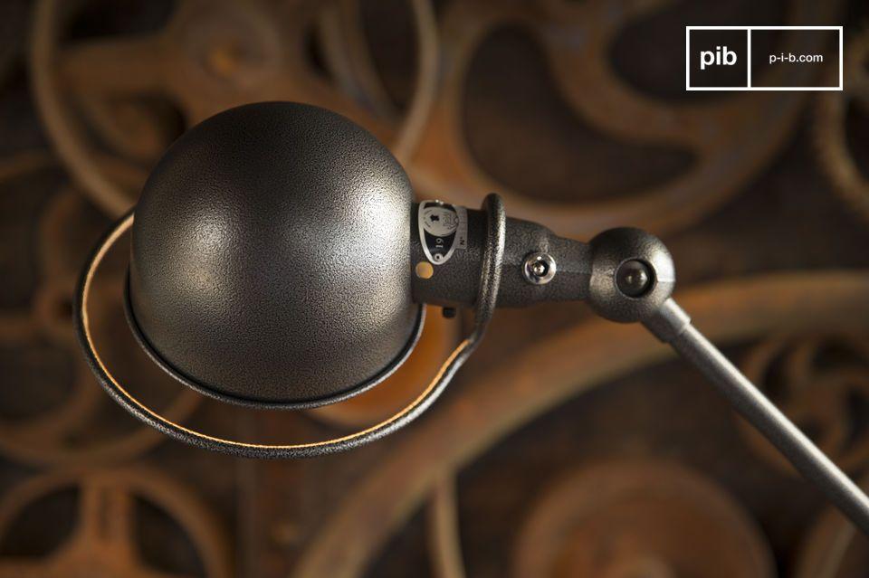 Dieses Modell Jieldé mit einer besonderen Verarbeitung weist ein Finish in dunkelgrau mit kleinen Reliefen auf, für einen industriellen Effekt, der dieser Lampe einen mystischen Flair bringt