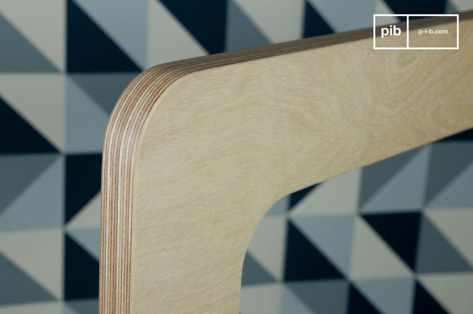 Dieser stille Diener ist aus hellem mit farblosem Lack überzogenen Schichtholz gefertigt