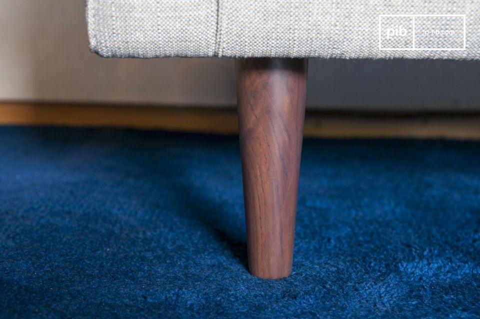 Der Sessel Silkeborg hat regelmäßige und einladende Formen mit weichen Kissen