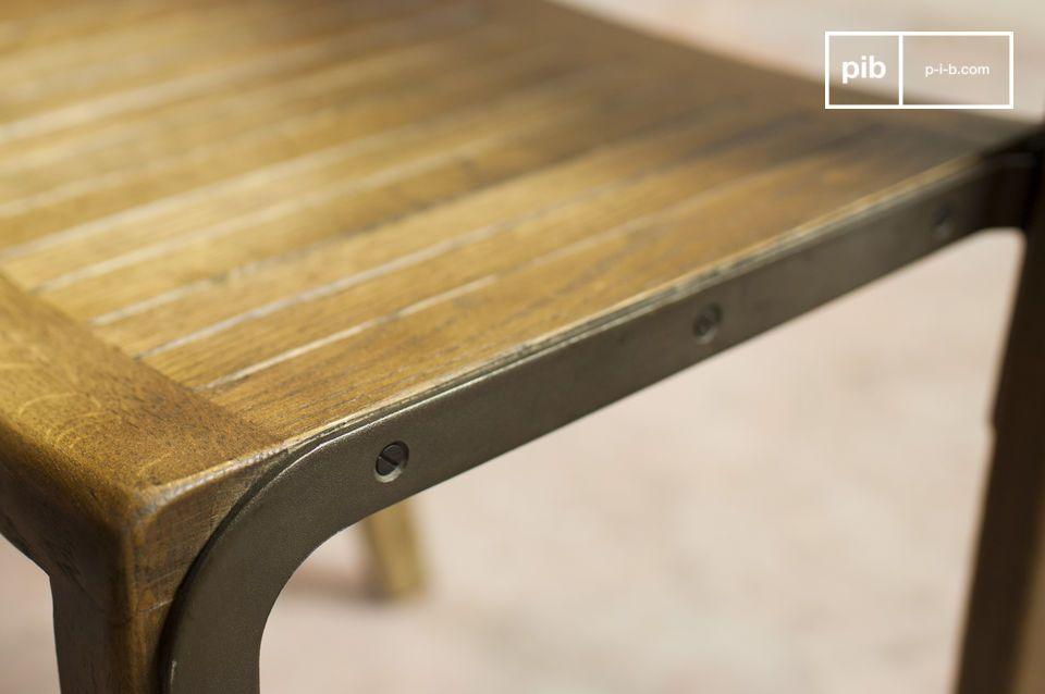 Der Stuhl Abbesses besteht komplett aus Eichenholz und einzelnen Eisenteilen